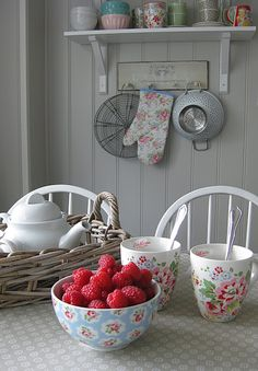 "Nowadays, more and more people are utilizing the ""shabby chic"" approach to interior design and decoration. Shabby Chic Kitchen Accessories, Shabby Chic Decor, Red Cottage, Cottage Style, Sweet Home, Estilo Shabby Chic, Cottage Kitchens, Country Kitchen, Vintage Kitchen"