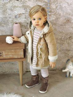 Un très beau manteau, bien chaud, à la ligne chic et aux jolis détails qui cache un petit gilet amovible, sans manches. Collection Automne-Hiver 2016 - www.vertbaudet.fr