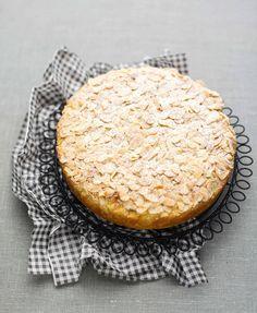 Una torta soffice con farina di mais e mandorle, un dolce ideale per merenda e per la colazione di tutta la famiglia