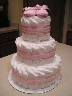 Bolo de fraldas rosa com sapatinhos
