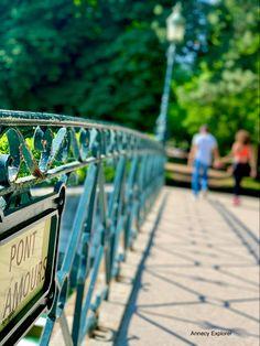 Embrassez vous sur le pont des amours et restez à jamais unis dit la légende Rhone, Dit, Explore, Auvergne, Wood Walkway, Public Garden, Lake Annecy, Sardinia, Exploring