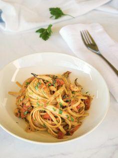 Μακαρονάδα με μυρωδιά θαλασσινής αύρας και καθαρή γεύση με τη φυσική γλύκα της σουπιάς αποτυπωμένη σε κάθε κομμάτι ζυμαρικού. Μίνιμαλ, χωρίς ίχνος εκζήτησης σουπιές με λινγκουίνε ολικής για το γκουρμέ της κάθε μέρας. Linguine, Orzo, Spaghetti, Rice, Pasta, Ethnic Recipes, Food, Essen, Meals