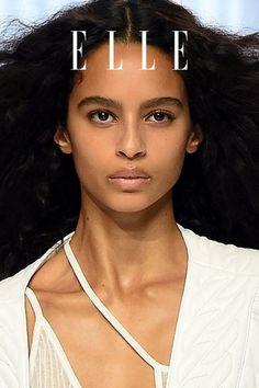 Um in wenigen Minuten den Big Hair-Look von Balmain zu stylen, braucht man diesen Trick, etwas Haarspray und unsere Anleitung für den Frisuren-Trend auf Elle.de! #beauty #haut #hautpflege #skincare