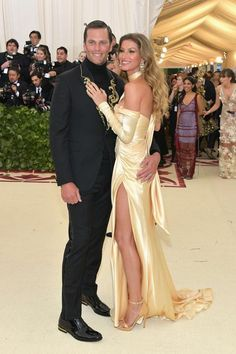 Gisele arrived in a stunning gold Versace gown to the Met Gala on Monday. She graced the red carpet at the Metropolitan Museum of Art in New York with her husband Tom Brady. Celebrity Fashion Looks, Celebrity Style, Celebrity Couples, Lili Reinhart And Cole Sprouse, Versace Gown, Met Gala Red Carpet, Hollywood Couples, Bridesmaid Dresses, Prom Dresses
