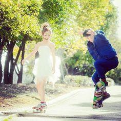 スケートボードを通じて仲良くなったおふたり。ミニスカートなウェディング×スニーカーのコーディネートが、キュートすぎます!
