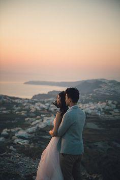 Santorini couples photo session at sunset. #sunset  #santorini #photoshoot #photosssion #session #santoriniphotosession #honeymoon #engagement