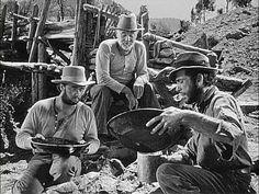 """""""Sierra Madre significaba oro, equivalía a """"El tesoro de Sierra Madre"""", película que él había visto ocho veces. Era la mejor película de Bogart, pero el viejo que se dedicaba a la búsqueda de minas, el que a Perry le recordaba a su padre, estaba estupendo también: Walter Huston. Y lo que le había dicho a Dick era cierto: se sabía todos los trucos de la búsqueda de oro porque su padre se los enseñó y su padre era buscador de oro profesional""""."""