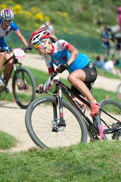 Canada's Emily Batty mountain bike racing with a broken collarbone at the 2012 London Olympics