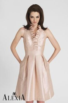 Halter Taffeta Gathered Victorian Style V Neck Pleated Skirt Pleated Ruched Column Wedding Gowns Short Modern Bridesmaid Dresses Modern Bridesmaid Dresses, Knee Length Bridesmaid Dresses, Bridesmaids, Bridesmaid Gowns, Wedding Dresses, Bride Dresses, Pearl Pink Color, Sophisticated Cocktail Dress, Moda Online