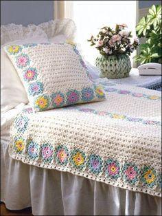 Bella colcha con almohadón en blanco con tonos pastel