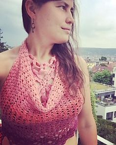 Top_Fides is a lovely summer-top which fits all sizes and is combinable to several outfits: on top of a bikini top, worn with a dress or skirt, or trousers… Top Pattern, Crochet Clothes, Bikini Tops, Crochet Top, Winter Fashion, Cashmere, Sweater Patterns, Smiley, Ravelry