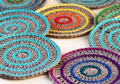 Volete fare dei centrini all'uncinetto con schema semplice? Ecco come lavorarli con cotone monocolore o colorato.