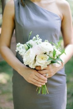 White bridesmaids bouquet by http://www.amyosaba.com/ | photography by http://erinheartscourt.com/