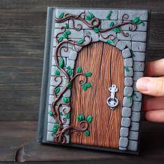 Secret door journal - Polymer clay journal tutorial - How to sculpt a magic door Sculpey Clay, Polymer Clay Kunst, Polymer Clay Fairy, Polymer Clay Sculptures, Cute Polymer Clay, Polymer Clay Projects, Polymer Clay Creations, Sculpture Clay, Diy Clay
