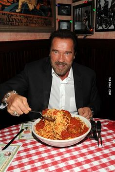 Arnold Schwarzenegger tucks into an enormous bowl of spaghetti and meatballs at Buca di Beppo in New York City, 2013 (© Getty Images for Busca di Beppo) Spaghetti And Meatballs, People Eating, Arnold Schwarzenegger, Italian Recipes, Food Porn, Nutrition, Cooking, Ethnic Recipes, 9gag Food