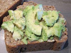 """""""Hektisches Avocado-Brot"""" nennt beetroot ihr Mittagessen. Ein Rezept dazu gibt es auch - eins von den dreien, die in ihrem Beitrag verlinkt sind!  http://beetrootmassacre.wordpress.com/2012/11/07/vegan-wednesday-x-und-macday-vi/"""