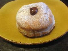 Get David Rocco's Italian Nutella-Filled Bomboloni Recipe from Cooking Channel Chocolate Week, Chocolate Drop Cookies, Chocolate Hazelnut, Chocolate Desserts, Yummy Treats, Sweet Treats, Yummy Food, Delicious Dishes, Bomboloni Recipe
