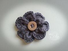 http://www.lanasyovillos.com Tutorial de cOmo hacer una secilla flor paso a paso en español. Encuentra este patrón y muchos más en http://www.lanasyovillos.com