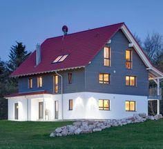 Mehrfamilienhaus in der Abenddämmerung | Haus Bay | Holzhaus WEISS