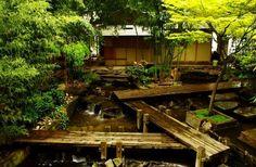 """Pathéon Boudique - Composto por pedras e bambus gigantes é um dos lugares secretos mais """"Zen"""" da capital."""