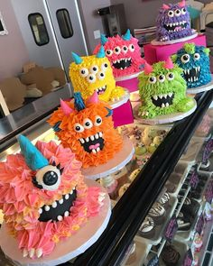 Monsters birthday party muffins Monster Party Kuchen Elvan's favourites (Visited 86 times, 1 visits today) Fancy Cakes, Cute Cakes, Pretty Cakes, Crazy Cakes, Monster Party, Monster Mash, Monster Cakes, Monster Birthday Cakes, Monster Food