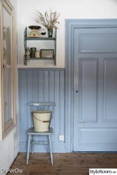 Not the color, but the trim/wanescot Swedish Kitchen, Swedish House, Scandinavian Cabin, Scandinavian Interior, Cottage Hallway, Cosy Room, Red Cottage, Cottage Kitchens, Country Blue