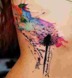 femme portant un tatouage aquarelle