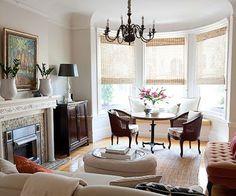 Essas janelas, além de proporcionarem uma iluminação de qualidade, reservam um lugar especial na casa. São próximas a elas que pequenos sofás, chaises e divãs são posicionados para receber todo o calor e a luz. Um lugarzinho perfeito para relaxar, tirar um cochilo ou ler um bom livro.