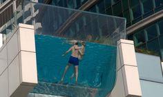 O hotel Intercontinental Festival City, em Dubai, possui uma enorme piscina com uma ponta que ultrapassa o limite do prédio, ficando suspensa.