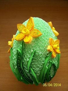 These daffodils are IT! Neli Quilling, Paper Quilling Cards, Quilling Craft, Quilling Patterns, Quilling Designs, Egg Crafts, Easter Crafts, Diy And Crafts, Quilling Tutorial