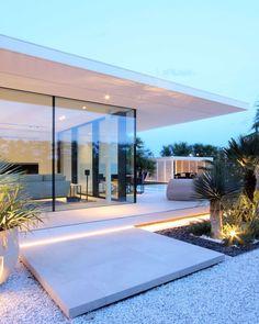 jesolo lido beach villa by jm architecture Minimal House Design, Best Modern House Design, Minimal Architecture, Architecture Design, Modern Pool House, Modern Exterior, Exterior Design, Palm Springs Houses, Beach Mansion