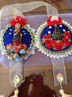 Escapulário de porta                                                                                                                                                      Mais Christmas Decorations, Christmas Ornaments, Holiday Decor, Diy Shadow Box, Cd Art, Paper Crafts, Diy Crafts, Arte Popular, Sacred Heart