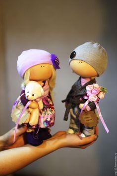 Купить или заказать Пара интерьерных кукол в интернет-магазине на Ярмарке Мастеров. Вот такая милая парочка может стать оригинальным подарком Вашим близким. Сшиты из кукольного трикотажа, Сидят и стоят самостоятельно. Одежда, аксессуары и цвет волос на Ваше усмотрение. Цена за две куклы! Одежда и шапочки не снимаются.
