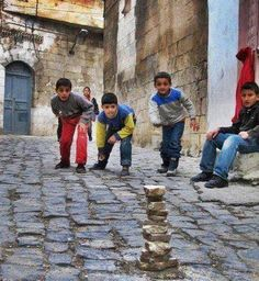 List of top 10 childhood games played in India. Childhood games are always memorable and here you can find a list of indian games which we play in childhood Childhood Memories Quotes, Childhood Games, Village Photography, Children Photography, Foto Picture, Art Village, Indian Village, Kids Around The World, Traditional Games