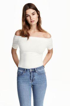 Tričko s odhalenými rameny: Přiléhavé tričko z žebrovaného žerzeje. Má krátký rukáv a odhalená ramena.