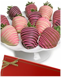 Elegant Pink Chocolate Covered Strawberries - The Elegant Pink Chocolate Covered Strawberries are sweets of a different stripe. With rich, brightly hued drizzle; these incredible edible treats. Coconut Hot Chocolate, Pink Chocolate, Belgian Chocolate, Chocolate Gifts, Chocolate Covered Strawberries, Homemade Chocolate, Melting Chocolate, Chocolate Recipes, Chocolate Dipped