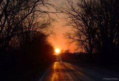 provocative-planet-pics-please.tumblr.com Ein malerischer Äquinoktiums-Sonnenuntergang Bildcredit und Bildrechte: Roland Christen Beschreibung: Was ist das am Ende der Straße? Die Sonne. Viele Städte haben Straßen die ost-westwärts laufen und an zwei Tagen jedes Jahr geht die Sonne genau in der Mitte auf und unter. Heute ist einer dieser Tage: ein Äquinoktium. Heute ist nicht nur ein Tag mit gleicher Nacht- (aequus-nox) und Tageslänge sondern auch ein Tag an dem die Sonne exakt im Osten auf…