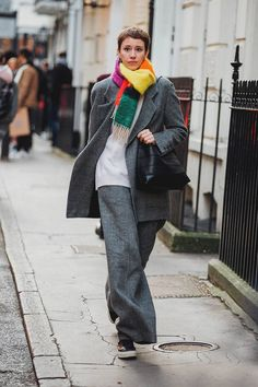 Vogue's street-style photographer Jonathan Daniel Pryce zooms in on the best London Fashion Week street style. For the autumn/winter 2020 season, London Fashion Week street style was a lesson in dressing for rain and cold weather. London Fashion Weeks, London Fashion Week Street Style, Tokyo Street Fashion, Street Style 2018, Street Style Trends, London Style, Japan Fashion, Street Styles, Vogue Street Style