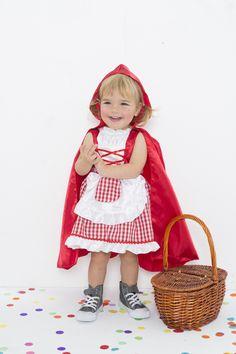 ¡Disfraz de Caperucita Roja Imaginarium!     Nuestro disfraz de Caperucita Roja incluye una capucha y un vestido con tres faldas. La superior tiene volantes y un delantal con bolsillo.   Este disfraz es para niños y niñas de edades comprendidas entre dos y tres años.   #canaval #carnavalparaniños #disfraz #disfracesparaniños #carnival #adornoscarnaval Halloween Disfraces, Red Riding Hood, Unicorn Birthday, Harajuku, Party, Cute, Clothes, Fashion, Kids Fashion