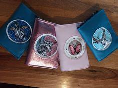 Série de portefeuilles Compères en similis et coupons illustrés cousus par Elodie - Patron Sacôtin