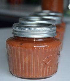 Om deze appelketchup te maken heeft u 1 liter ongezoete appelmoes nodig. Dit recept resulteert in ongeveer 1,25 liter appelketchup. Appelketchup is lekker bij een stukje vlees, kip of een hamburger. Wij hebben deze ketchup geweckt in de vintage weckpotten van 250 ml van Kilnermaar u kunt de ketchup