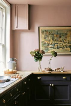 Fresh, rich color palette in these painted kitchen cabinets - Sulking Room Pink walls and Paean Black cabinets from Farrow & Ball // Centered by Deisgn Black Kitchen Cabinets, Kitchen Units, Painting Kitchen Cabinets, Pink Kitchen Walls, White Cabinets, Black Kitchen Paint, Pink Kitchen Interior, Devol Kitchens, Black Kitchens