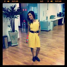Vestido amarelo + max cinto geométrico + sapatos oxford (e o acessório mão machucada :-)