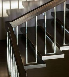 Incredible 21 Modern Stair Railing Design Ideas Pictures Pertaining To Modern Stairs Railing Indoor Stair Railing, Wood Railings For Stairs, Interior Stair Railing, Modern Stair Railing, Rustic Stairs, Stair Railing Design, Stair Handrail, Staircase Railings, Modern Stairs