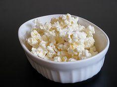 easy white chocolate popcorn recipe Popcorn Recipes, Snack Recipes, Dessert Recipes, Snacks, Delicious Desserts, Yummy Food, Yummy Yummy, Fun Food, Delish