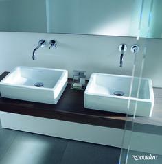 Duravit Vero: Freuen Sie sich auf einen hochwertigen und zeitlos schönen Aufsatzwaschtisch. Er überzeugt mit abgerundeten Ecken ebenso wie mit komfortablen Abmessungen. Die Tiefe des Beckens liegt stets bei 38 cm, was Ihnen eine harmonische Platzierung z.B. auf einer Natursteinplatte ermöglicht. Dank WonderGliss-Oberfläche fällt die Reinigung besonders leicht aus. #waschtisch #Waschbecken #aufsatzbecken #aufsatztisch #bad #badezimmer #bathroom #modern #eckig #duravit #vero #reuter #reuterde…