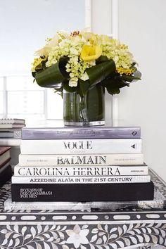 本をモノトーン風にまとめてイエローの花を引き立てています。高さがあるので玄関などのスペースに置いても良さそう◎