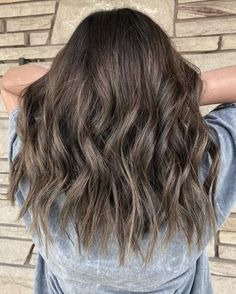 These 15 Examples of Lowlights for Brown Hair Will Totally Inspire You Grey Brown Hair, Cool Brown Hair, Brown Hair With Lowlights, Medium Brown Hair, Brown Hair Colors, New Hair Color Trends, Balayage Straight Hair, Low Lights Hair, Low Maintenance Hair