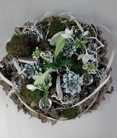 Krans met plantjes, bloemen, mosballen en natuurmaterialen made by mijnzusjeenik.