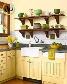 Se avete paura di osare con i colori mentre comprate il mobile della cucina, potete anche decidere di lavorare con i contrasti dettati dagli accessori verdi.